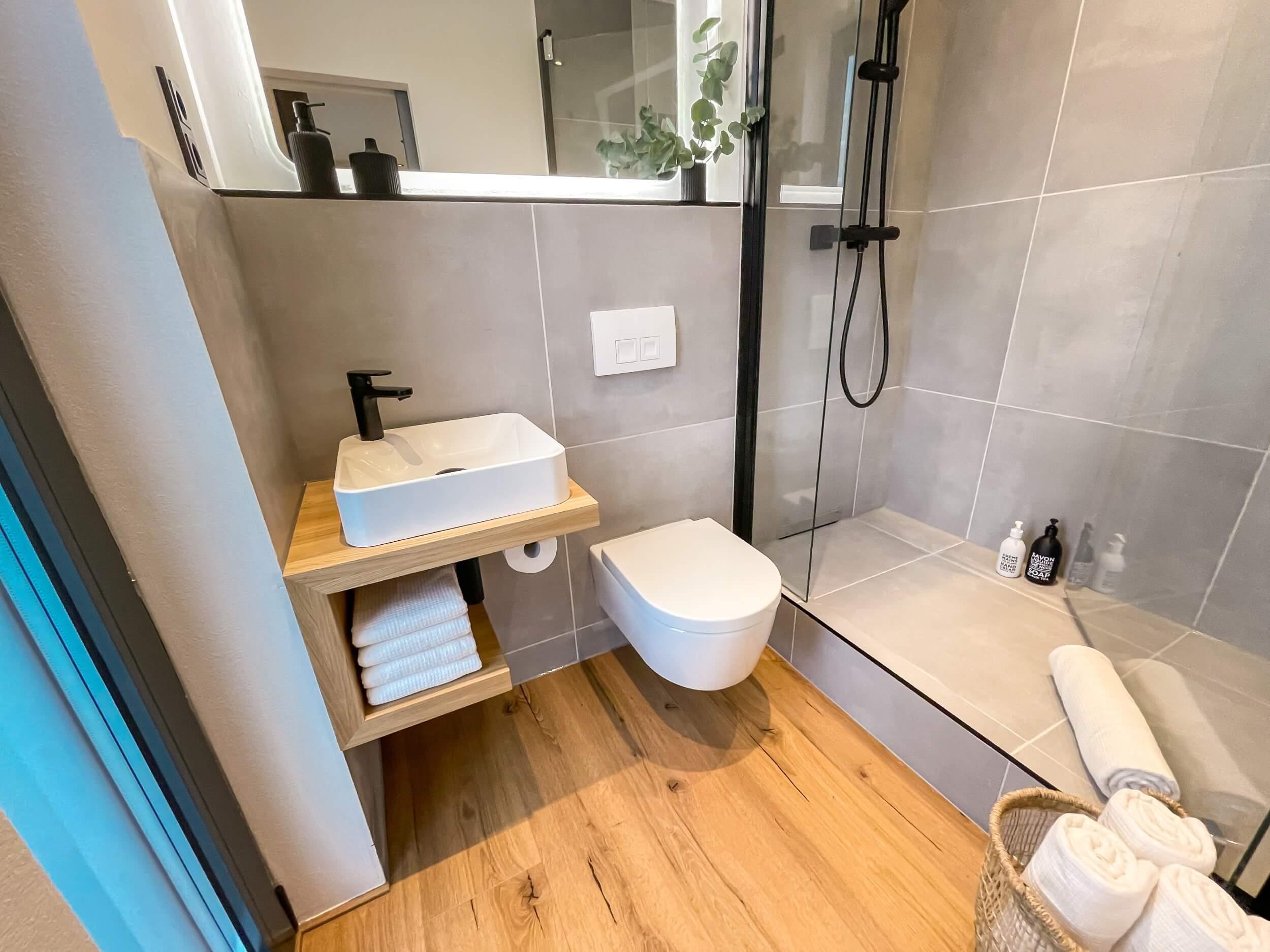 Tiny House BLOXS mit großem Badezimmer und begehbarer Dusche