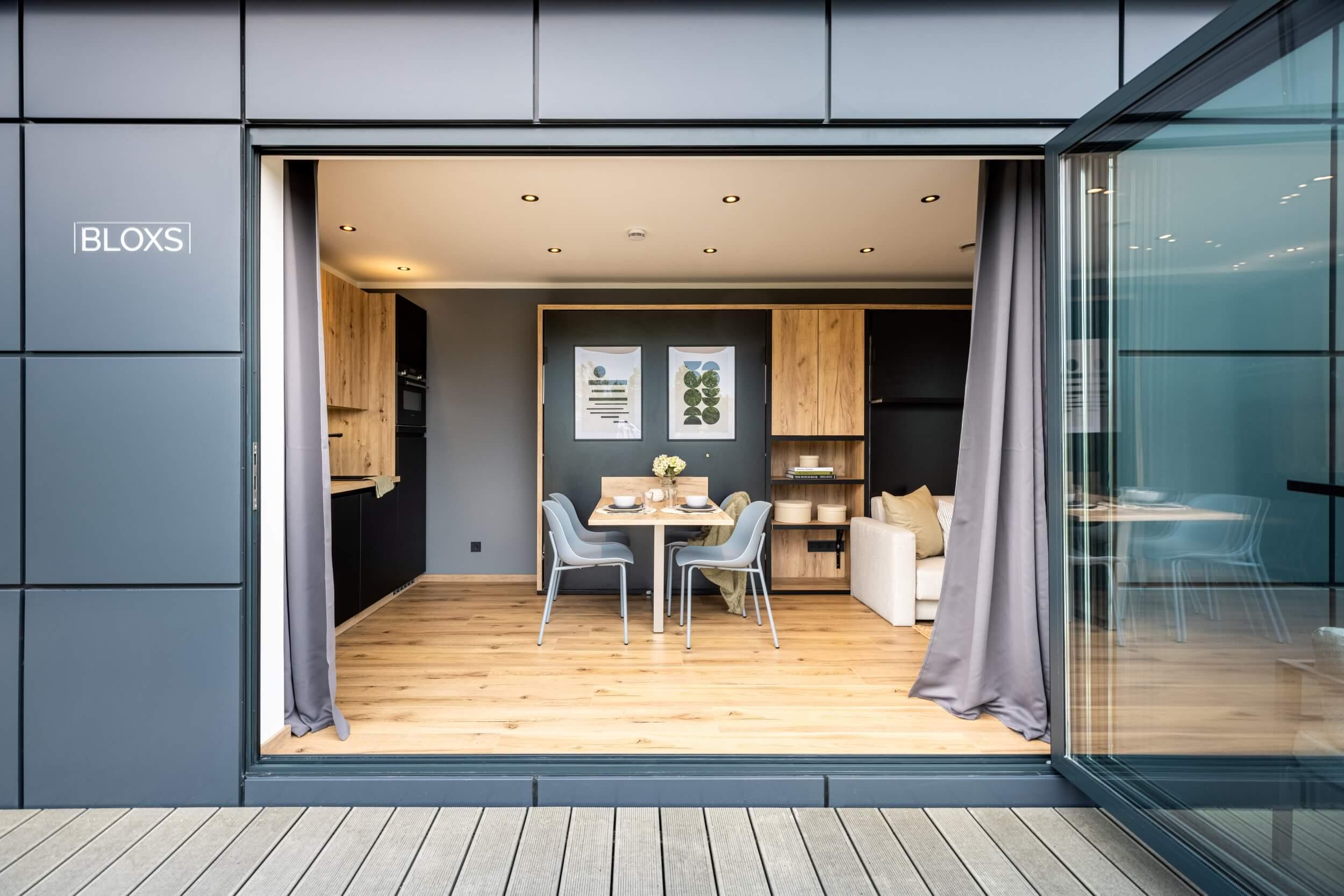 Tiny House BLOXS mit geöffneter Schiebe-Falt-Tür