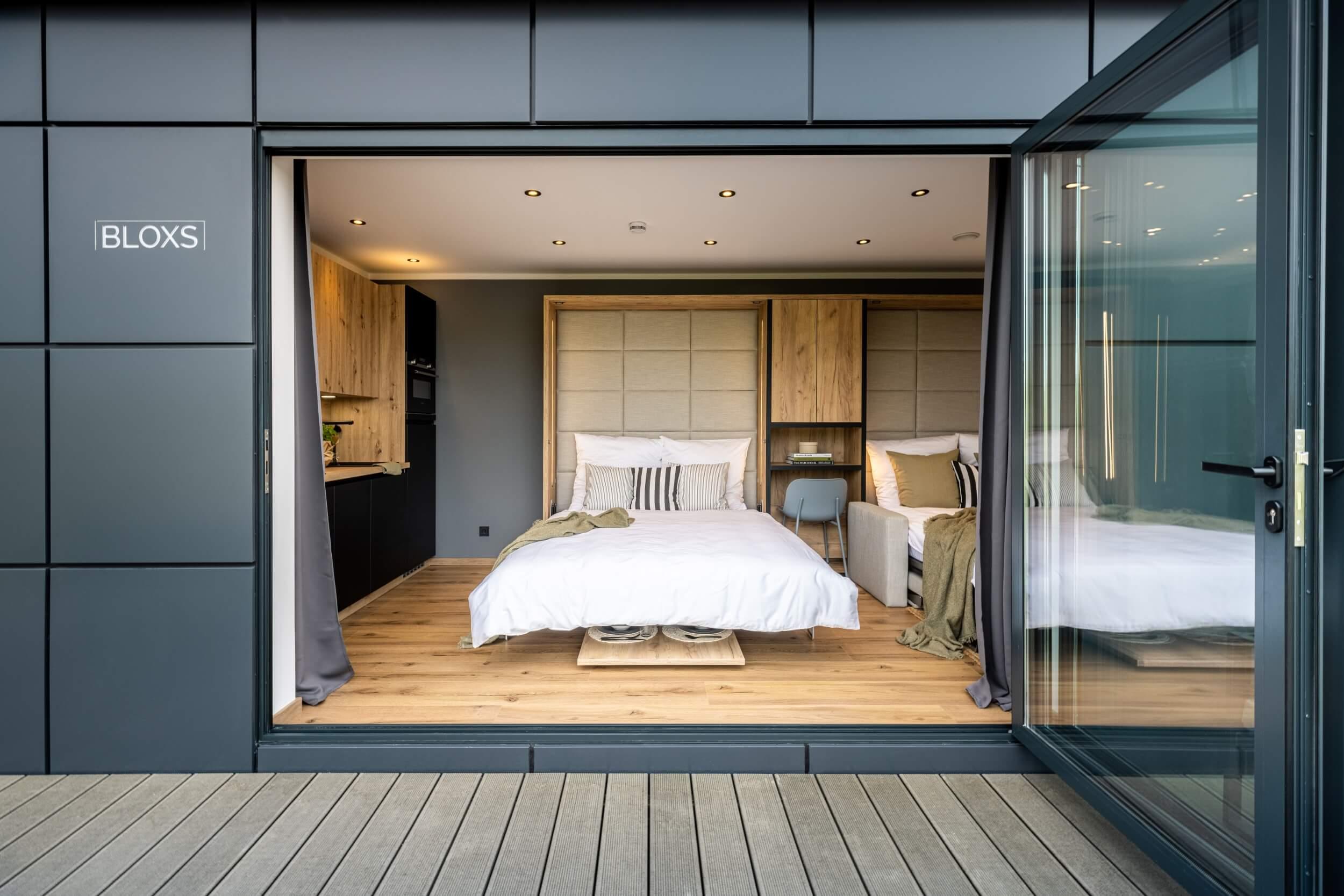 Tiny House BLOXS mit cleveren Möbeln und Wandschrank