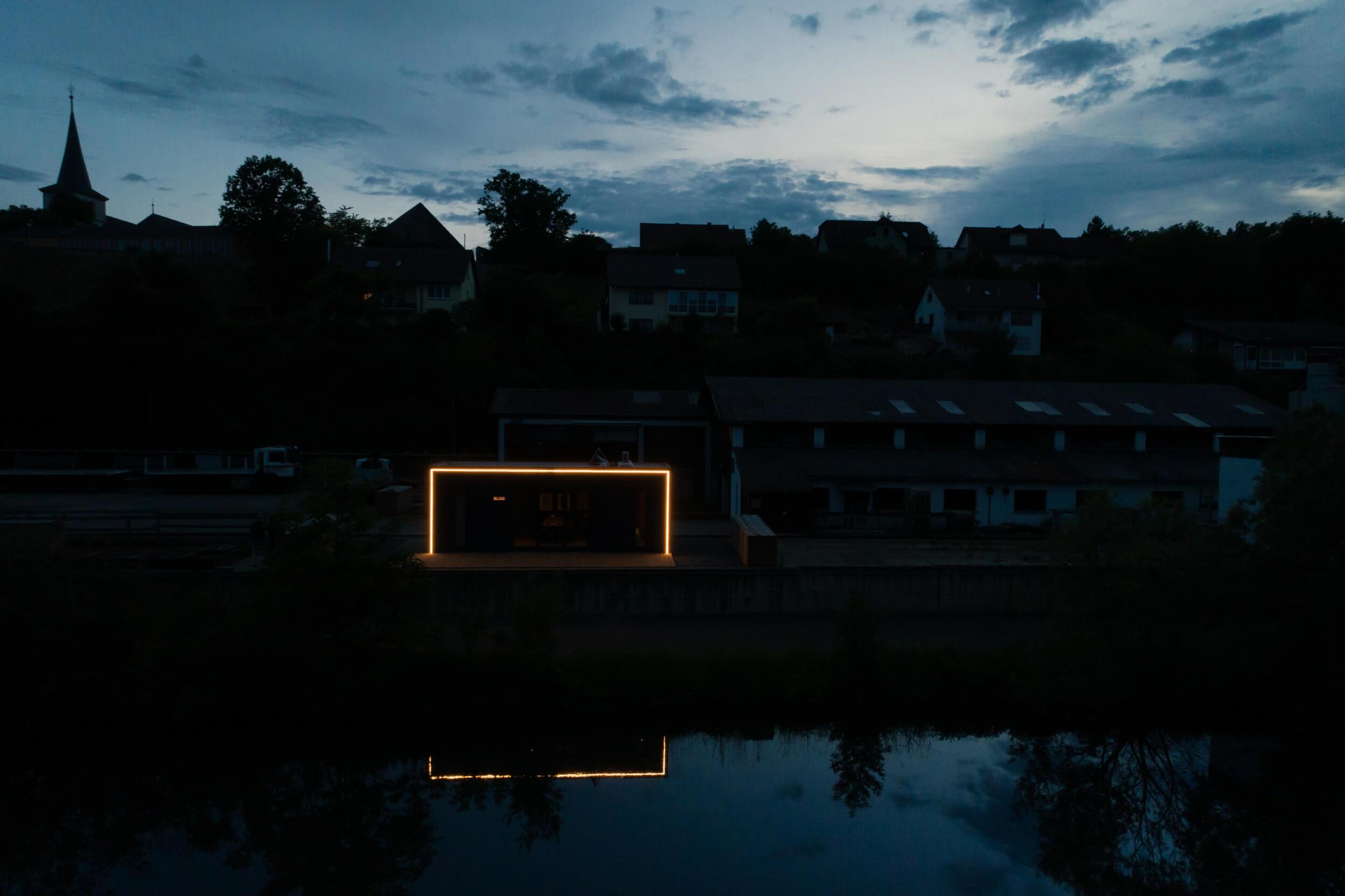 Tiny House BLOXS LED hue Lichtsignatur bei Nacht