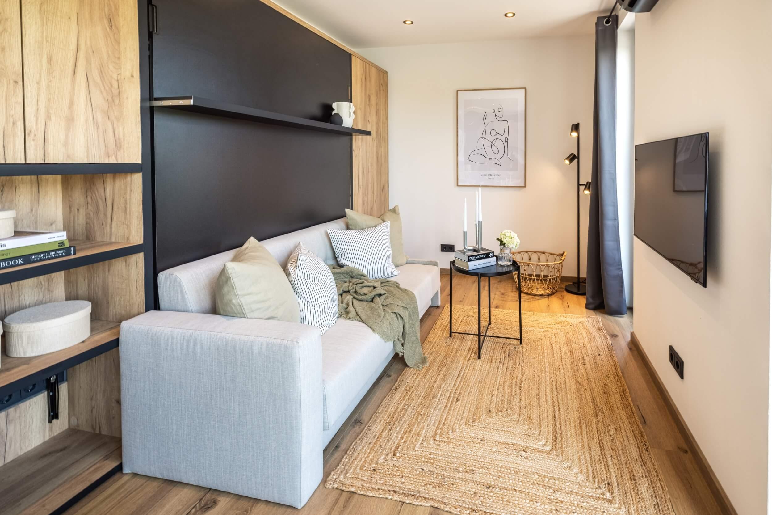 Tiny House BLOXS Wohnzimmer mit Sofa und Fernseher