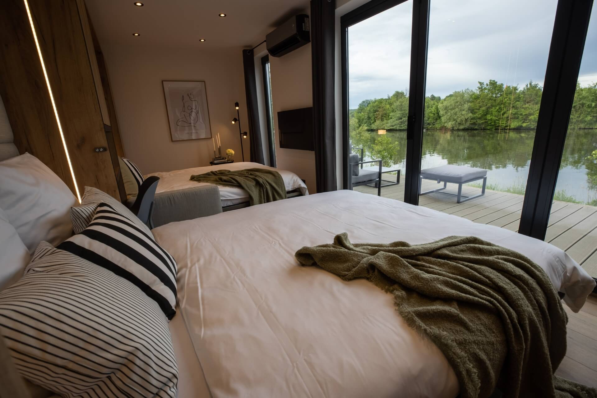 Tiny House BLOXS with beds and a view of the Main River