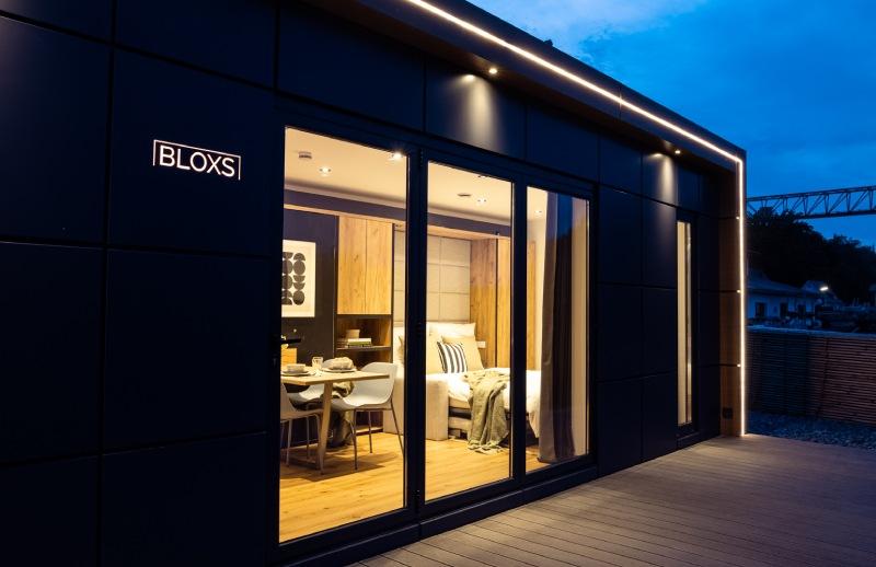 Tiny House BLOXS Aussenansicht mit LED Terrassenspots