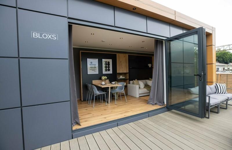 Tiny House BLOXS mit Schiebe-Falt-Tür geöffnet
